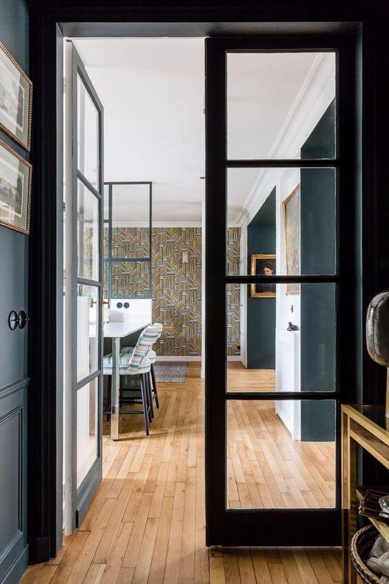 lakberendezés, lakberendező, üveg keretes fém ajtó, belsőépítész, Elszigetel és összeköt - a lakberendező szerint