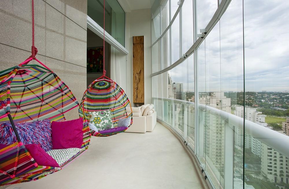 függő fotelek a nyitható-zárható teraszon