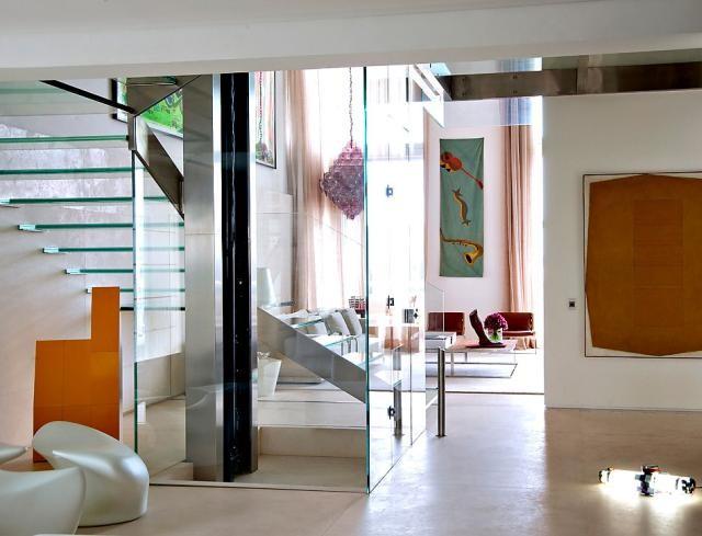 átlátást enged az üvegből készült lépcső és lift